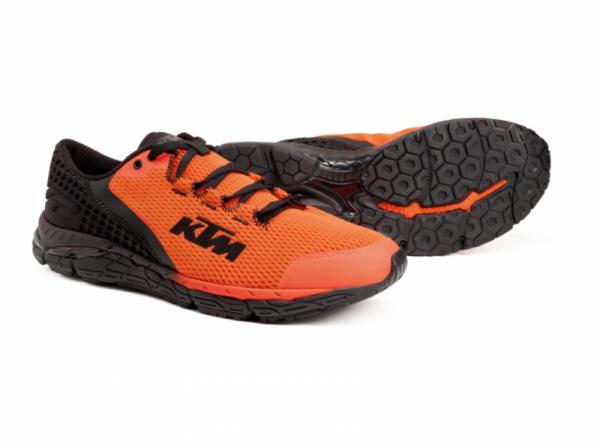 Оранжево-черни обувки с лого.