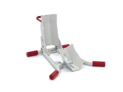 Червено-сребриста стойка за предна гума на скутер.